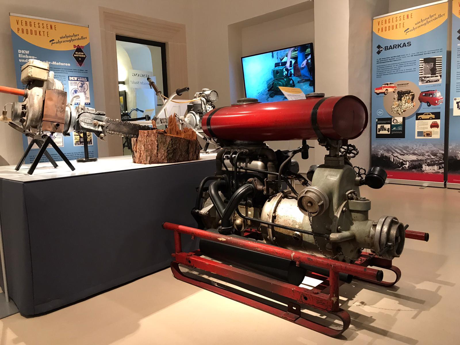 """Tragkraftspritze mit DKW-Motor in der Ausstellung """"Vergessene Produkte sächsischer Fahrzeughersteller"""""""