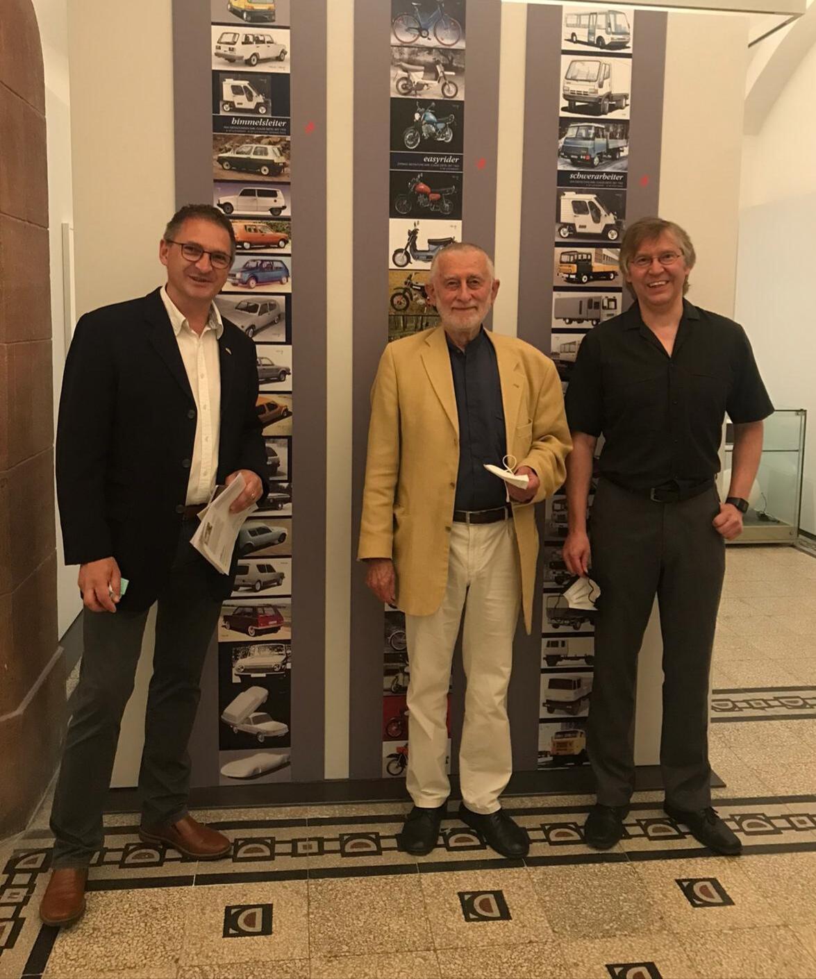 Thorsten Orban (links) vom Fahrzeugmuseum Suhl, Karl Clauss Dietel (Mitte) und Museumsleiter Dirk Schmerschneider (rechts) bei der Ausstellungseröffnung in den Kunstsammlungen Chemnitz