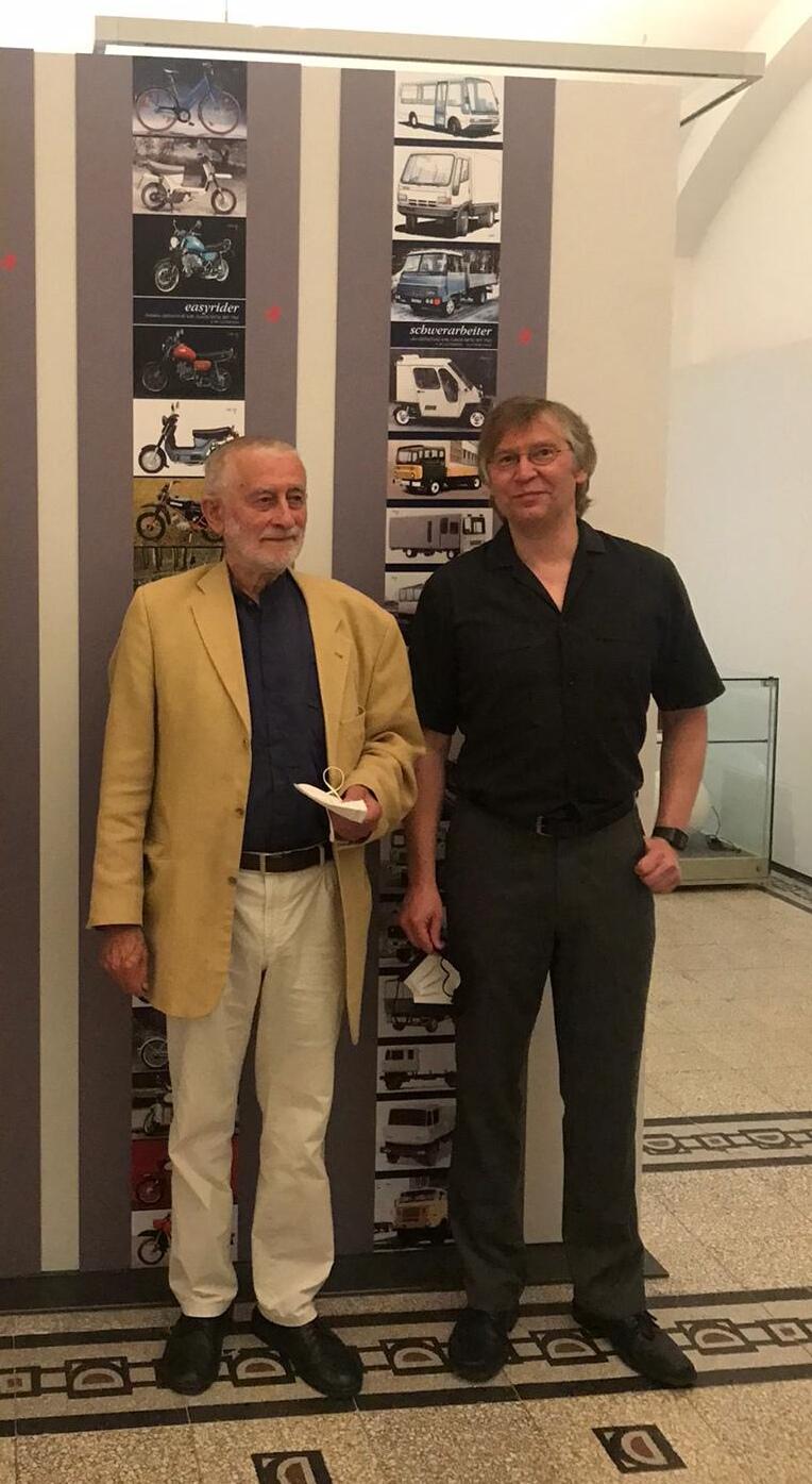 Karl Clauss Dietel (links) und Museumsleiter Dirk Schmerschneider (rechts) bei der Ausstellungseröffnung in den Kunstsammlungen Chemnitz