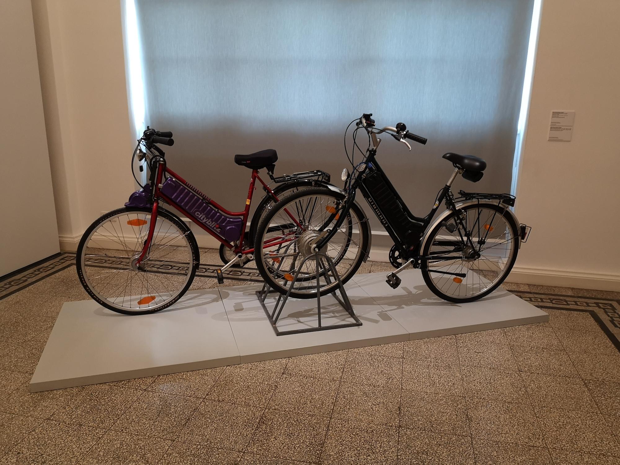 """Zwei Diamant Elektro-Fahrräder (Serie und Prototyp) von 1995 in der Ausstellung """"simson diamant erika"""""""