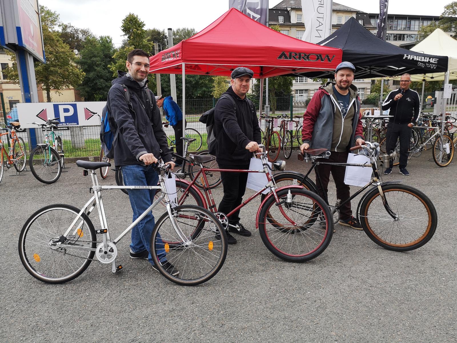 """Die drei Gewinner zum """"Schönsten Fahrrad 2021"""" mit ihren Rädern"""